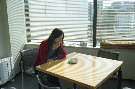 明るいテーブルと暗い女